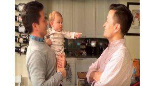 La confusión de un bebé al ver al gemelo de su padre