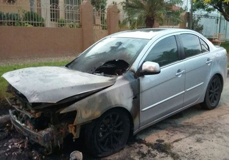 El automóvil Mitsubishi modelo Lancer incendiado en Guadalupe./ gentileza @Veroenesinas.