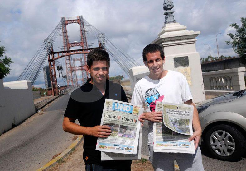 Nicolás Silva y Franco Mazurek caminan por el Puente Colgante durante la producción que realizaron para Ovación.