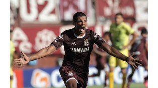Pepe lo grita. El goleador no perdonó y Lanús festejó.