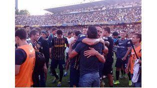 Los jugadores canallas festejan hasta el cansancio un nuevo triunfo sobre el clásico adversario. (Foto:H.Rio)