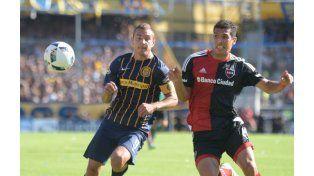 El delantero Ruben y el defensor Cáceres luchan por la posesión de la pelota.