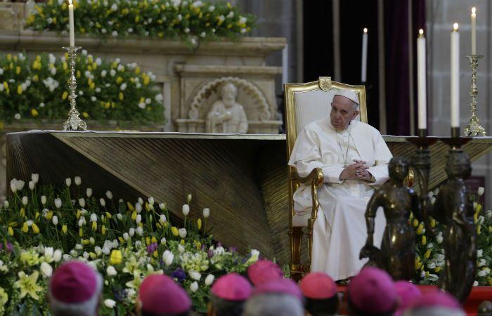 El papa Francisco escucha un discurso durante el encuentro con obispos en la catedral de México. (Foto: AP)