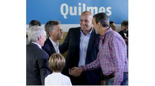 Randazzo le da la mano al presidente Macri frente a Martiniano Molina