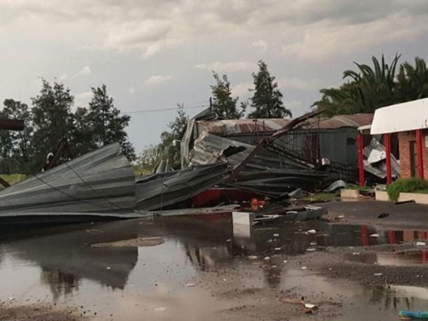 Un fuerte temporal de lluvia y vientos huracanados provocó destrozos en Rufino