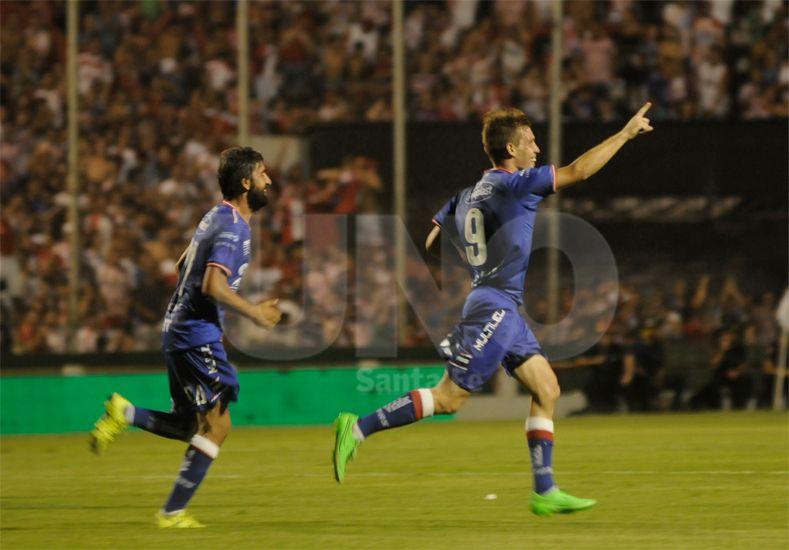 Claudio Riaño marcó dos de los tres tantos de un Unión que recuperó su identidad de juego / Foto: Juan Manuel Baialardo - Uno Santa Fe