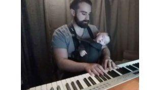 David Motola logró gracias a su habilidad con el piano ser el padre más envidiado en Facebook.