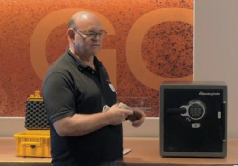 Un cerrajero experto abrió una caja fuerte solamente con una media y un imán