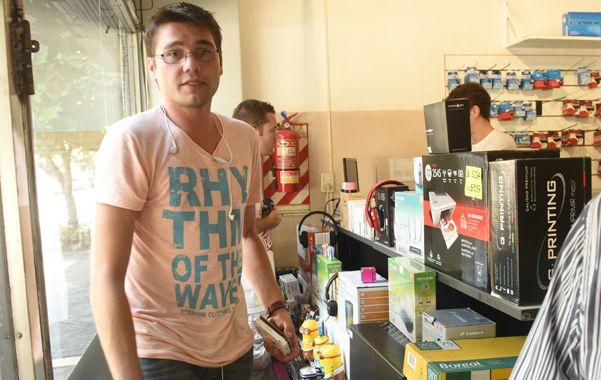 Fabricio rotula de puño y letra cada uno de los productos que vende. Por eso su hermano pudo saber que lo que le ofrecían era parte de lo robado. (Marcelo Bustamante / La Capital)