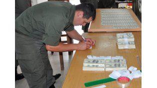 Gendarmería detuvo a un hombre con más de 300 mil dólares falsos