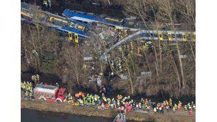 Por un error humano dos trenes chocan en Alemania: 10 muertos