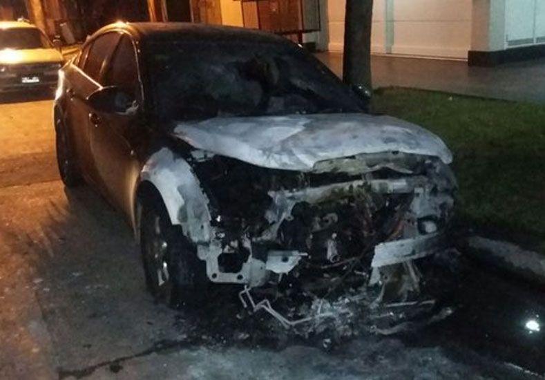 el Chevrolet Cruze incendiado esta madrugada./ gentileza @Veroensinas.