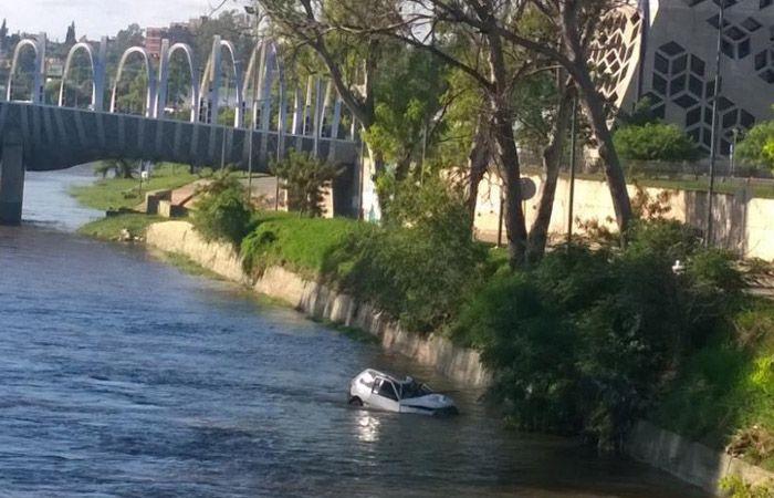 Un hombre murió al caer su auto al cauce del río Suquía en Córdoba