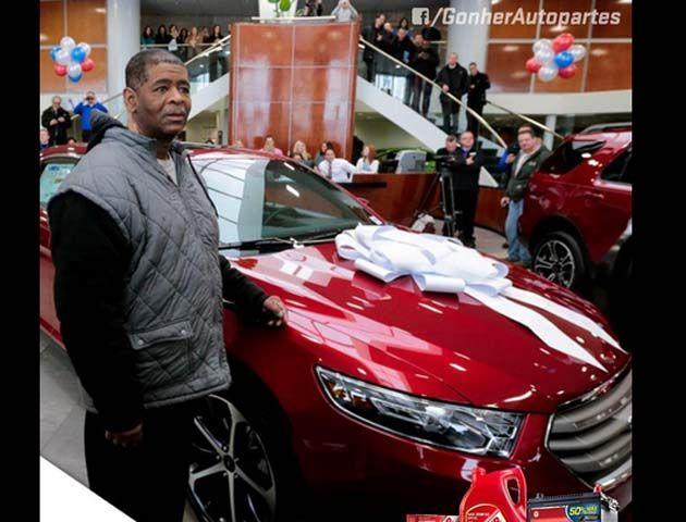 James Robertson caminó 34 km diarios hasta su trabajo durante 10 años y Ford decidió regalarle un Taurus rojo.