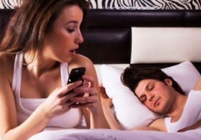 Una de cada diez mujeres no confía en su marido y le revisa las conversaciones del teléfono