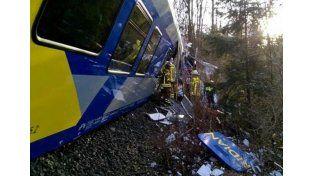 Los heridos menos graves están siendo tratados por los efectivos de emergencias en la zona del accidente./ Twitter.