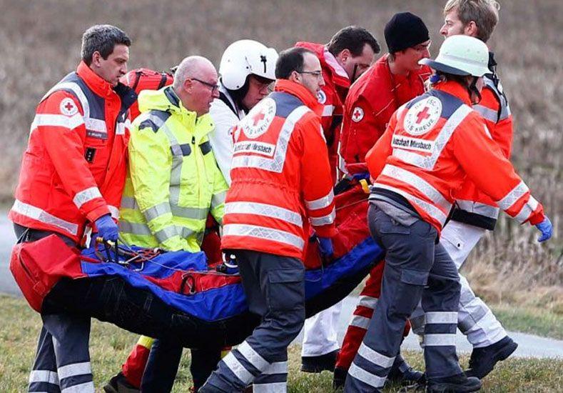 Los heridos menos graves están siendo tratados por los efectivos de emergencias en la zona del accidente./ Reuters.