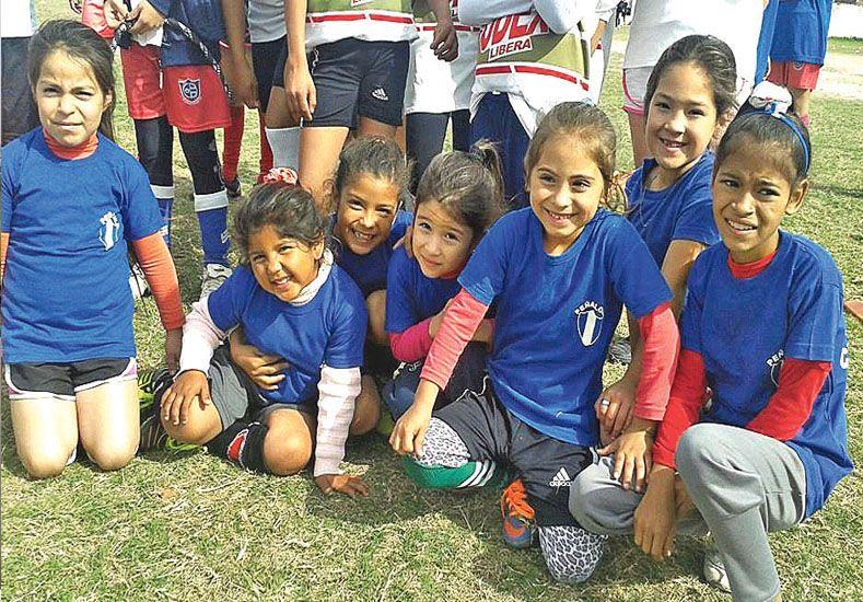 Toque femenino. La entidad cuenta con la división formativa para que las chicas también aprendan el deporte.