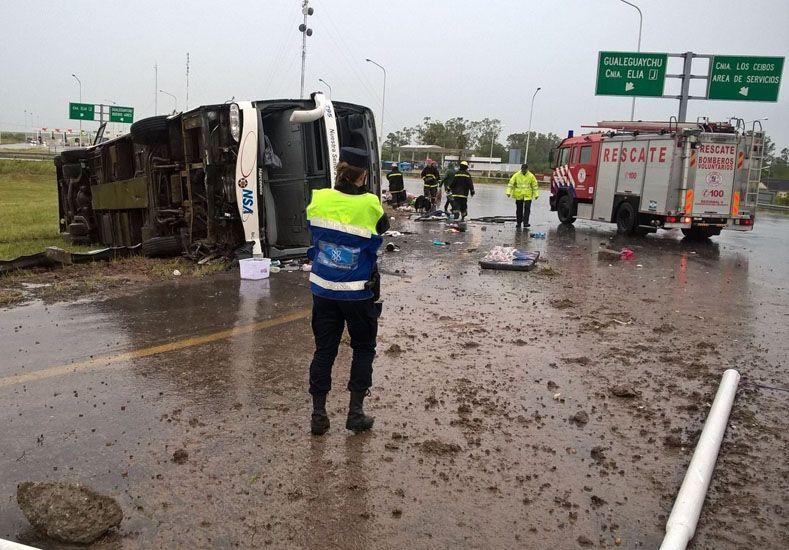 Un colectivo volcó en la provincia de Entre Ríos: hay cinco muertos y 50 heridos