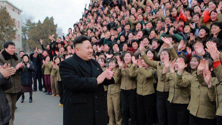 Desafío. Surcoreanos observan en Seúl un informe de TV. El dictador norcoreano es una gran preocupación.