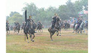 La carga de la caballería en el Campo de la Gloría fue la única actividad al aire libre que pudo realizarse. (Foto: M. Bustamante)