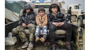 En peligro. Chicos sirios esperaban ayer para cruzar a Turquía en el puesto fronterizo de Bab-Al Salam