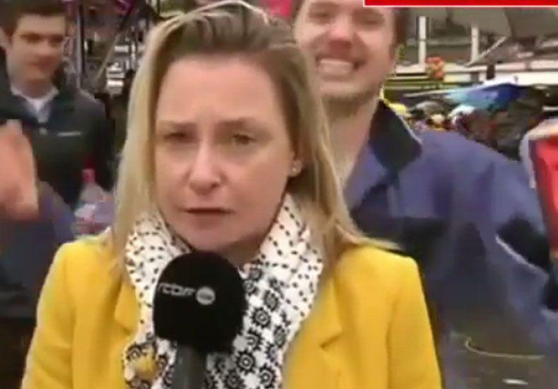 Hombres acosan sexualmente a una periodista cuando daba un informe al aire