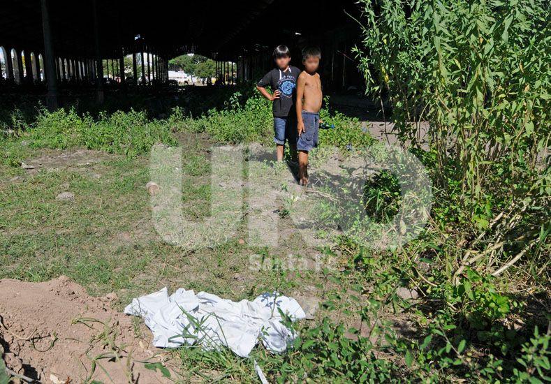 Los chicos encontraron en ese lugar el cuerpo de la joven asesinada y violada. Foto Manuel Testi / Diario UNO Santa Fe