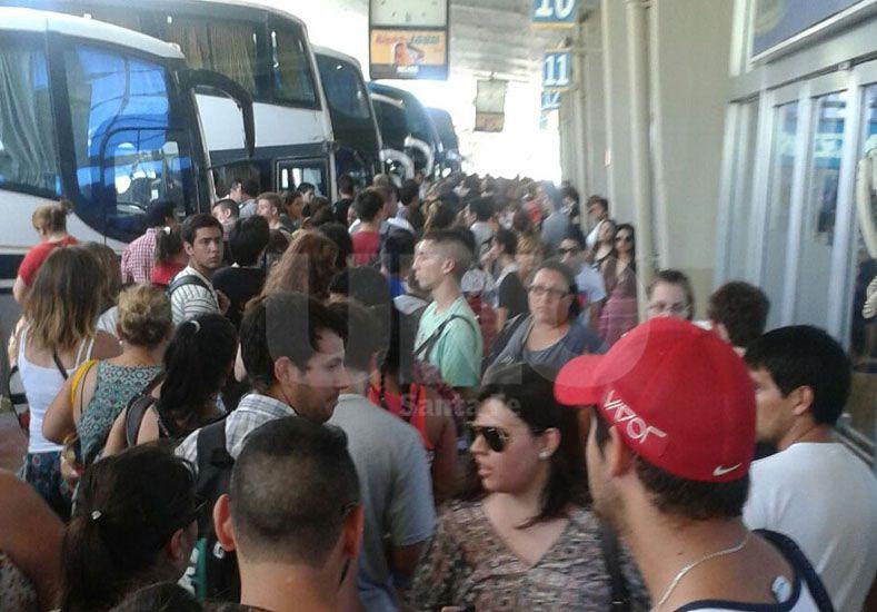 Este sábado hubo una multitudinaria cola para viajar a Paraná