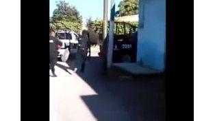 Un video muestra cómo un grupo de policías se escapa mientras ejecutan a un joven