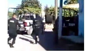 En las imágenes se aprecia cómo dos agentes de seguridad corren hacia uno de los dos vehículos.