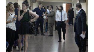 El fiscal Miguel Moreno (de camisa y corbata) lleva adelante la imputación a los quince policías. (Silvina Salinas / La Capital)