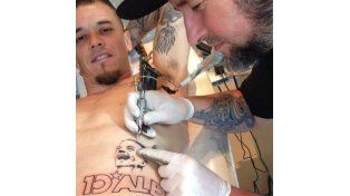 El mediocampista hace poco se tatuó el diseño que realizó el talentoso creativo paranaense Gonza Rodríguez.