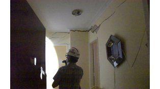 Personal de Defensa Civil trabaja en las pericias del edificio. (Foto:S.Meccia)