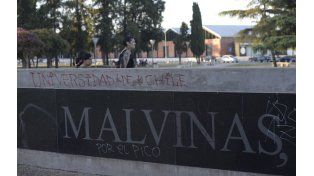 Los barras de Universidad de Chile realizaron pintadas y dañaron el monumento el lunes pasado