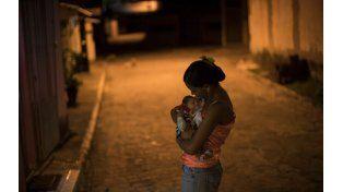 Penumbra. Daniele Ferreira Dos Santos sostiene a su hijo Juan Pedro