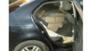 Chocaron y abandonaron un auto con 469 kilos de marihuana: detuvieron a un policía chaqueño