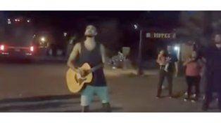 ¡Tremendo gesto de Abel Pintos! Le cantó en la calle a sus fans por la suspensión de un show