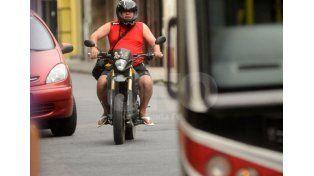 Forma correcta. Un motociclista con su casco: el mejor modo de evitar desgracias.