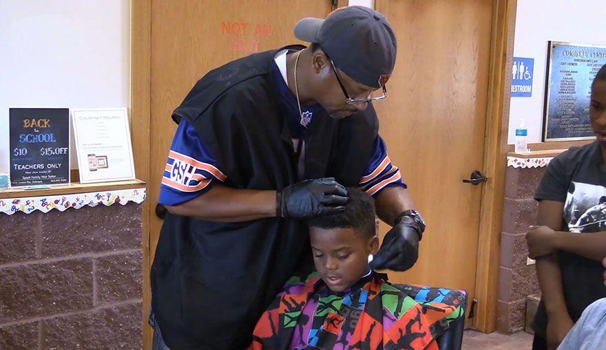 La singular propuesta de un peluquero que le corta el pelo gratis a niños que le lean un libro