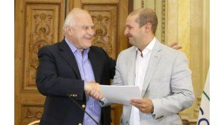 El gobernador le entrega el aporte a Daniel Martínez