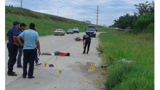 La policía trabaja en el lugar del doble homicidio en Circunvalación y Uriburu. (Foto Twitter @EvelinMachain)