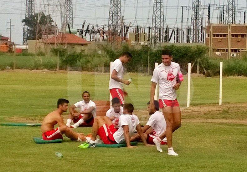 En la imagen se observa a Caramelo bromear con sus compañeros después del exigente trabajo de este jueves