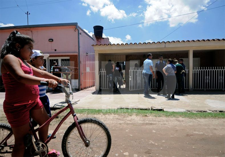 Conmovidos. Los vecinos presenciaron el aberrante hallazgo / Foto: Mauricio Centurión - Uno Santa Fe