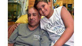 El herrero posa junto a su nieto. (Foto: gentileza diario Jornada de Chubut)