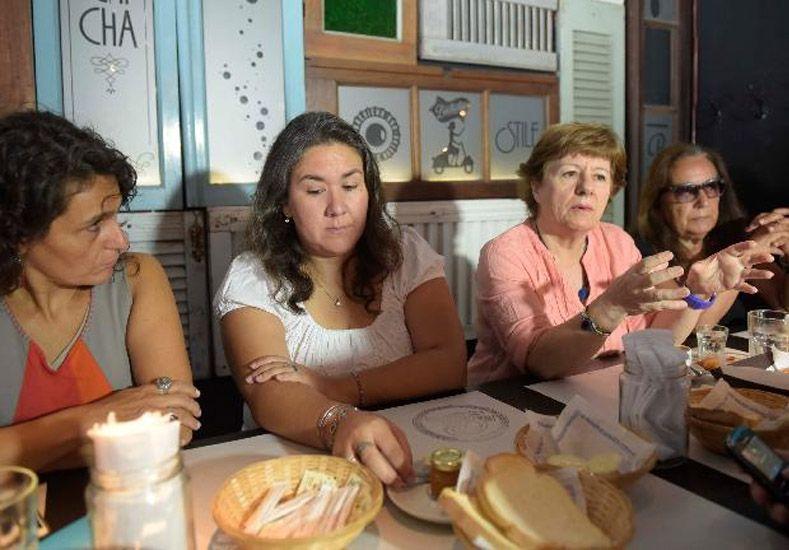 La presidenta del Concejo de Reconquista y la integrante de Cladem (en el medio) explican el caso. (Sebastián Suárez Meccia / La Capital)