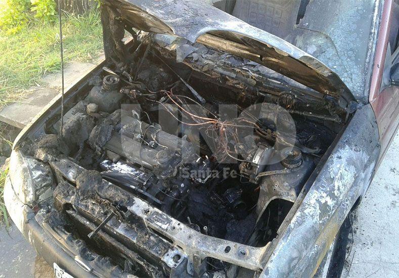 Iba camino a su trabajo cuando su auto sufrió un desperfecto y se prendió fuego