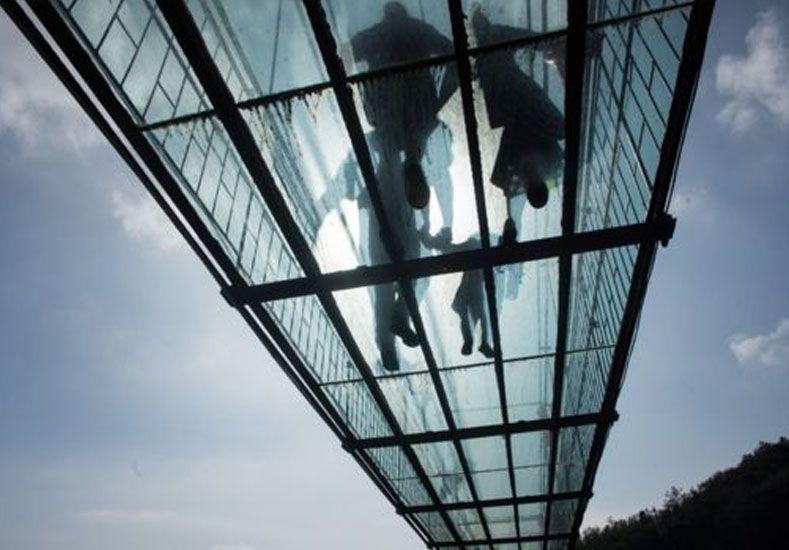 ¿Te atreverías a cruzar los vertiginosos puentes de vidrio que son la última moda en China?