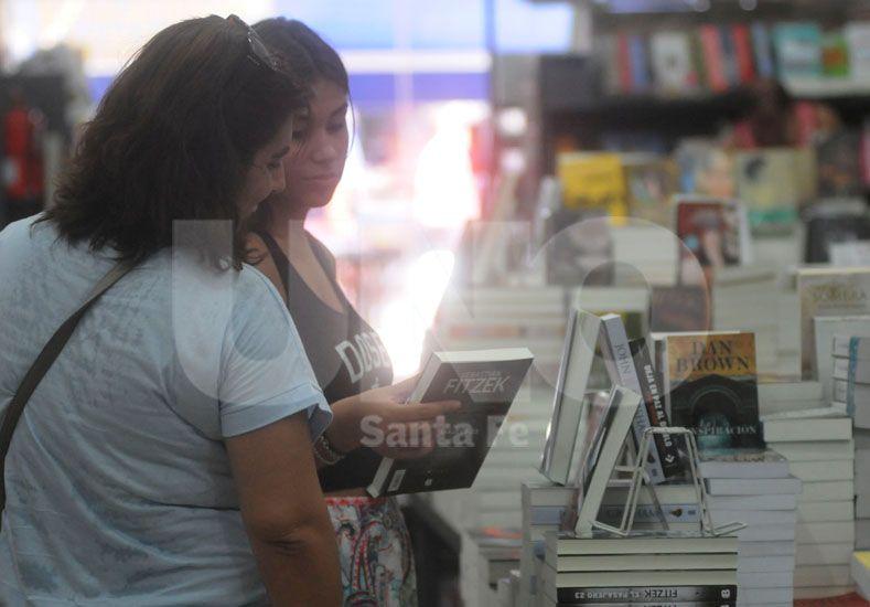La mayoría de los compradores opta por pasar un largo rato en la librería para elegir bien. Foto: J. Busiemi