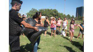 Este viernes la Policía de Santa Fe entregó donaciones a vecinos afectados por las inundaciones.